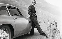Sean Connery ao lado do carro DB5