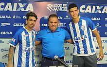 Neto Berola e Rubens posam para foto com o gerente de futebol Marcelo de Jesus no meio