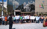 Ex-funcionários realizaram protesto hoje em frente ao TJ