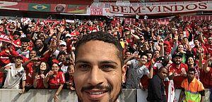 Guerrero tira selfie com a torcida na apresentação do Inter