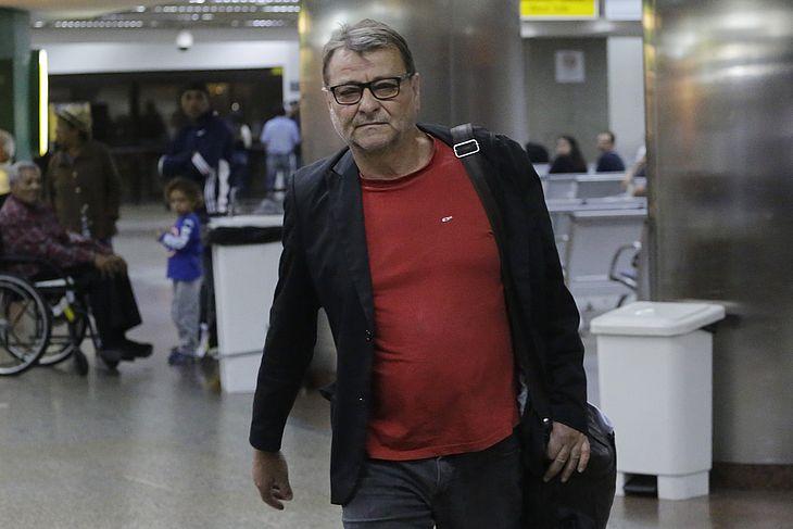 O escritor italiano Cesare Battisti desembarca no aeroporto de Cumbica, em Guarulhos (SP), vindo do MS, após ser beneficiado por um habeas corpus. (Foto: Nelson Antoine/Folhapress)