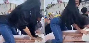 Em funeral ao som de reguetón, mulher sobe em caixão, rebola, simula sexo e beija o morto