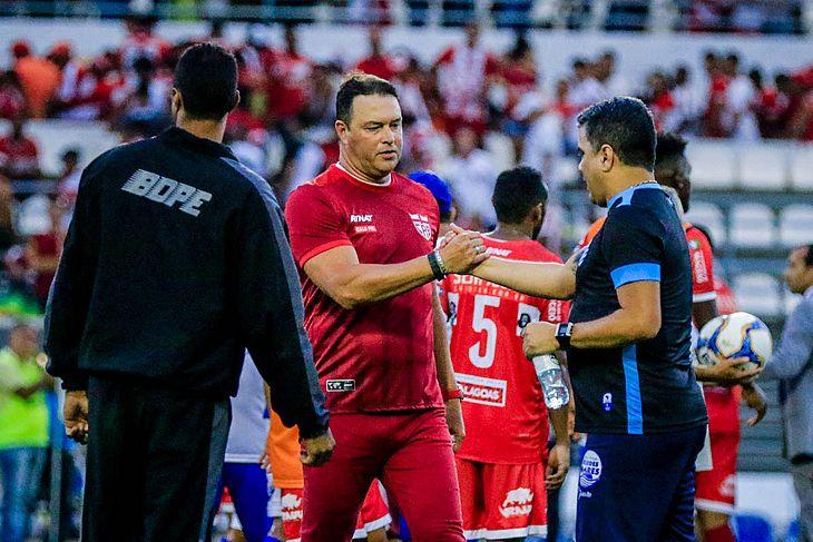 Roberto Fernandes e Marcelo Cabo se cumprimentam após o clássico