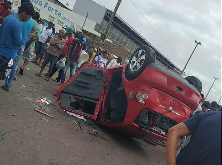 Veículo chegou a ser depredado pela população