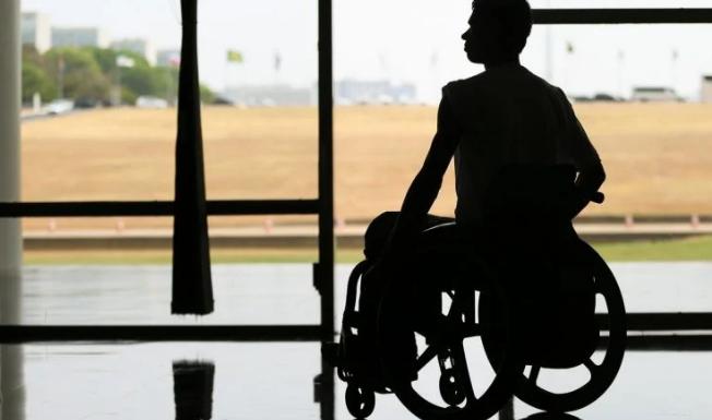 Pessoas com deficiência ou idosas, com 65 anos ou mais, incapacitadas para a vida independente e para o trabalho têm direito ao benefício