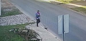 O homem foi flagrado por câmera de monitoramento antes do crime