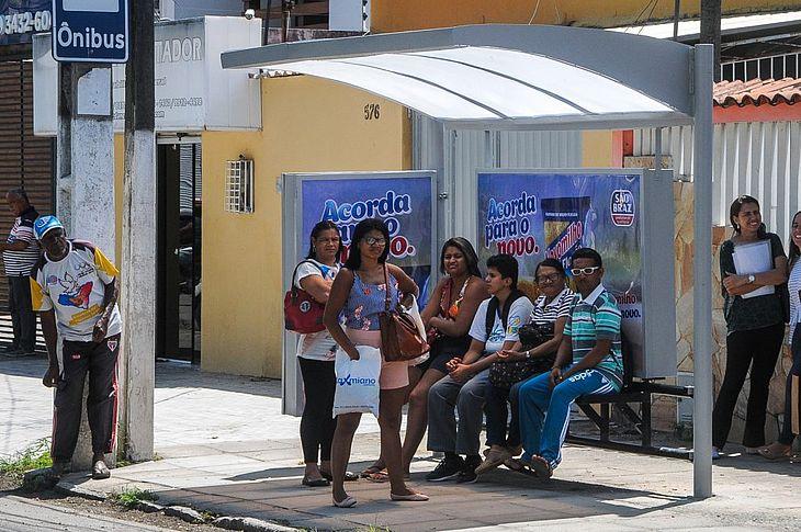 Abrigo de ponto de ônibus construído recentemente pela SMTT