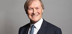 Parlamentar conservador morre após ser esfaqueado na Inglaterra