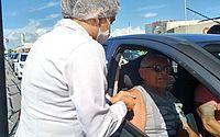 Idosos são imunizados contra influenza em drive-thru