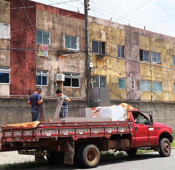Moradores deixam o bairro e ruas começam a ficar vazias