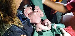 Bebê recebeu o nome do bombeiro que fez o parto