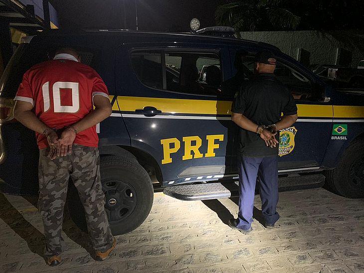 Dupla foi presa com documentos falsos, armas e munições