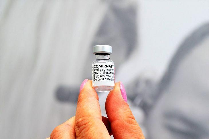 Dados de um teste em andamento conduzido pela Pfizer mostram que a terceira dose administrada seis meses após a segunda aumenta os níveis de anticorpos