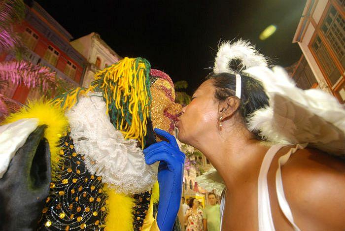 A doença do beijo ou mononucleose é muito comum no período.