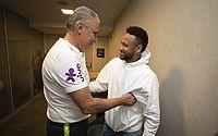 Cortado após lesão, Neymar visita seleção brasileira em São Paulo