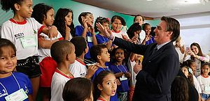 Menina se recusa a cumprimentar Bolsonaro durante cerimônia de Páscoa