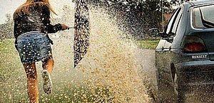 Arremessar água no pedestre e outras 6 infrações que podem custar caro no bolso
