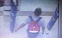 Câmeras de segurança flagram homem furtando brinquedos em loja de shopping em Cruz das Almas