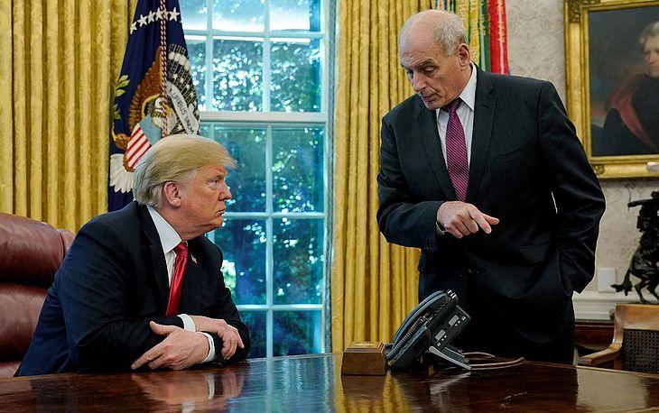 O presidente dos EUA, Donald Trump, conversa com o chefe de gabinete John Kelly