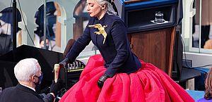 Lady Gaga canta hino dos EUA em posse de Joe Biden e se emociona