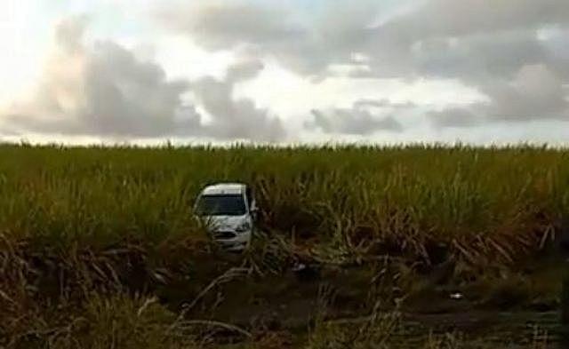 Carro foi deixado dentro de um canavial às margens da rodovia