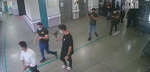 Deputados provocam aglomeração em hospital em meio à pandemia