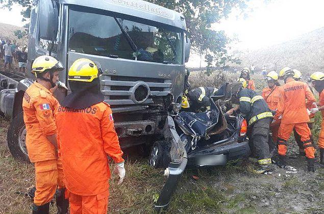 Acidente entre caminhão e carro deixa dois mortos e um ferido em Tanque D'Arca