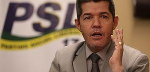 Em nova reviravolta, Delegado Waldir entrega cargo e Eduardo Bolsonaro vira líder do PSL