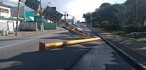 Motorista perde o controle, acerta poste e derruba estrutura de sinalização no Farol