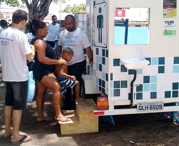 Adultos e crianças puderam tomar banho neste domingo graças a ação voluntária