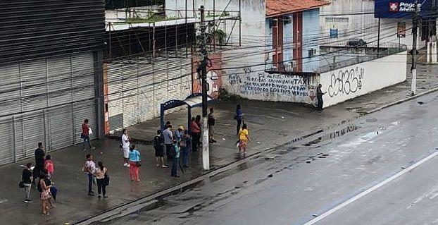 Passageiros aguardam coletivo no Cepa