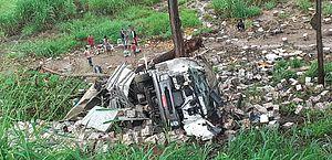 Carreta cai em ribanceira e deixa um morto e dois feridos em São José da Laje