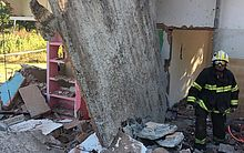 Homem ficou com a perna presa debaixo do muro que desabou