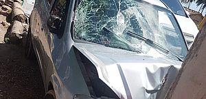 Veículo atropelou a mulher e em seguida bateu em poste