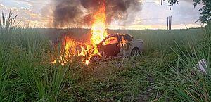 Dois morrem após batida entre carro e moto em Pilar; veículo fica em chamas
