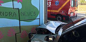 Acidente deixou frente de carro destruída e motorista ferido