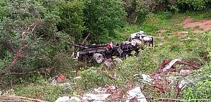 Motorista morre após carreta tombar e cair em ribanceira em Palmeira dos Índios