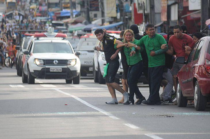 Assaltantes usam reféns como escudo humano em Manaus