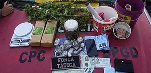 Os suspeitos foram autuados por tráfico de drogas