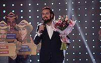 Hora do Faro: Cartolouco pede Luiza Ambiel em namoro com buquê de flores