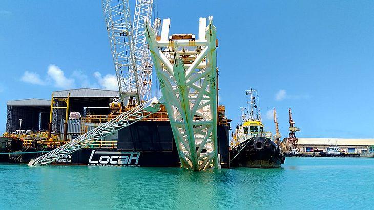 Embarcação estava atracada junto a plataformas de exploração de gás em Sergipe
