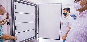 Ultracongeladores para armazenar vacinas da Pfizer são entregues em Maceió