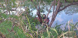 Motorista é resgatado após carro cair em rio e ficar parcialmente submerso