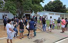 Estudantes aguardam o momento de entrar para iniciar as provas do Enem, em escola do Cepa