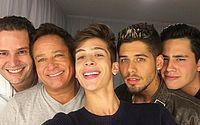 Carro com filhos do cantor Leonardo capota e cai em córrego em Goiás