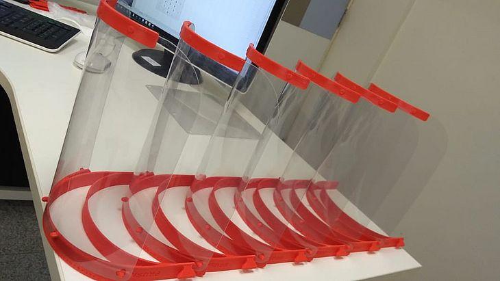 Protetores faciais confeccionados em impressoras 3D