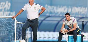 Tite e seu filho Matheus Bachi durante treino da seleção brasileira