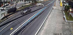 Vídeos mostram momento em que motorista que atropelou e matou motociclista trafega na contramão