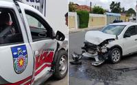 Três policiais ficam feridos após carro bater em viatura em Arapiraca; veja vídeo
