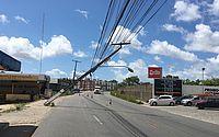 Após colisão, poste tomba e fica preso a fios no bairro Santa Amélia